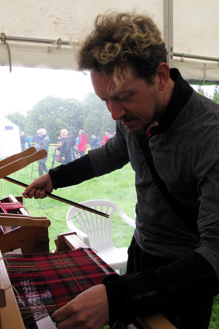 Trying_hand_loom_weaving